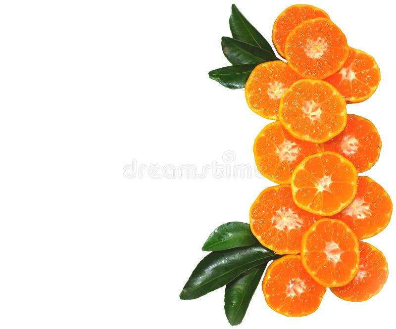 Oranje die fruit op bladerentextuur, op witte achtergrond wordt geïsoleerd stock fotografie