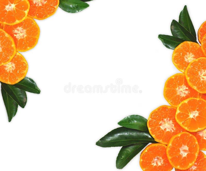 Oranje die fruit op bladerentextuur, op witte achtergrond wordt geïsoleerd stock afbeeldingen