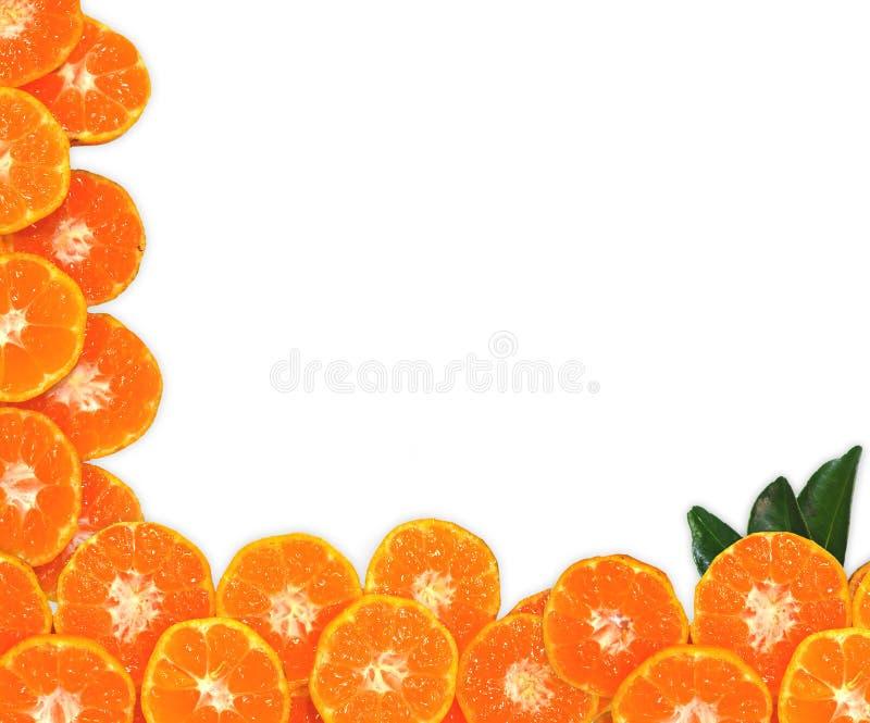 Oranje die fruit op bladerentextuur, op witte achtergrond wordt geïsoleerd stock foto