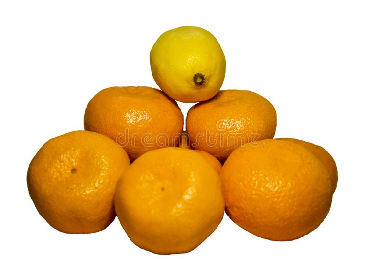 Oranje die mandarin, citroen op witte achtergrond wordt geïsoleerd stock foto