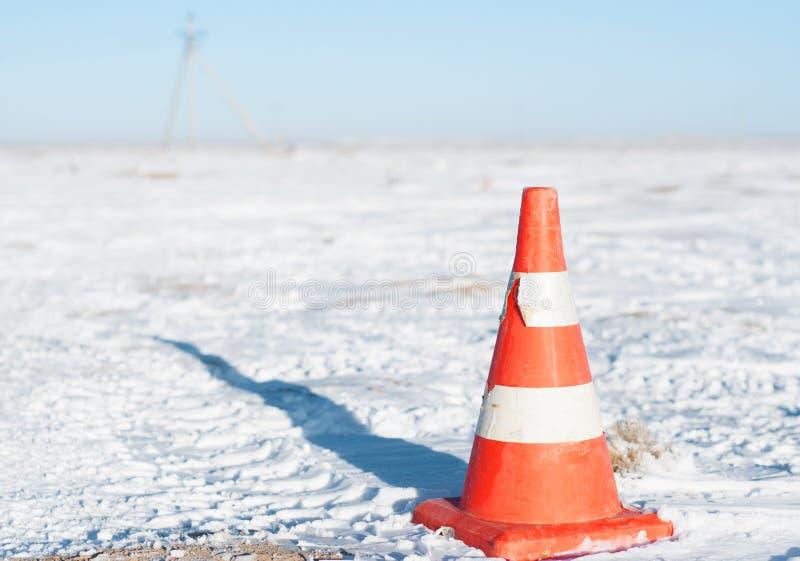 Oranje die verkeerskegel voor verkeerswaarschuwing en controle wordt gebruikt royalty-vrije stock foto