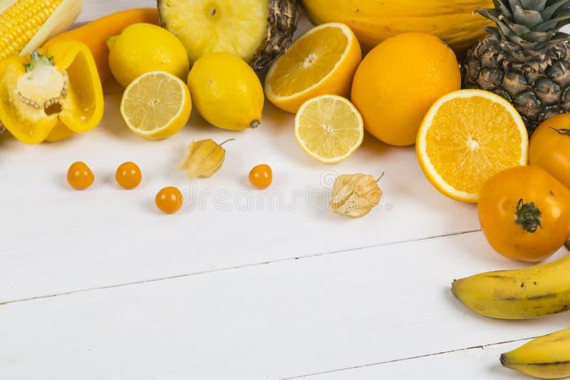 Oranje en geel fruit en veg stock afbeelding