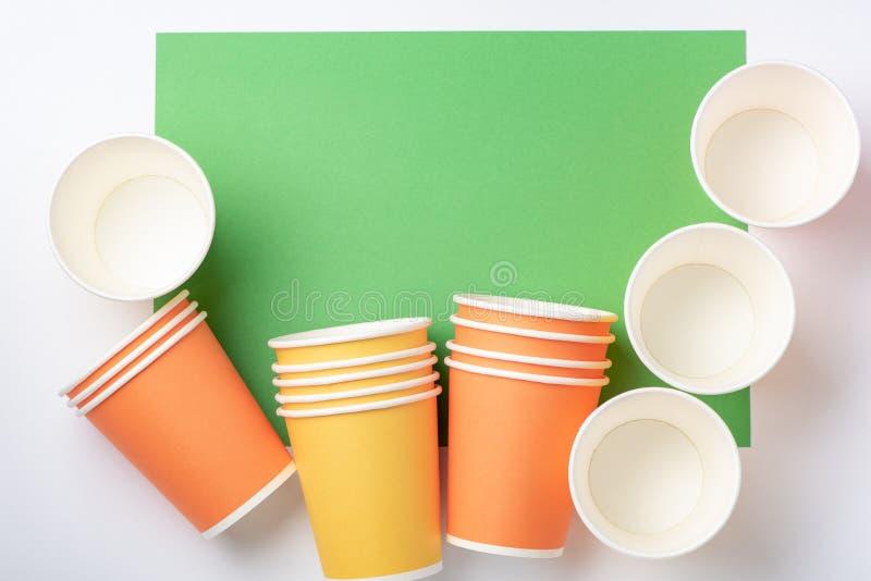 Oranje en gele document koppen op een witte en groene achtergrond royalty-vrije stock afbeeldingen