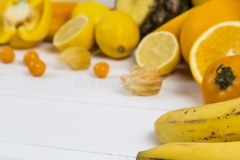 Oranje en gele fruitselectie stock afbeeldingen