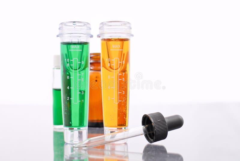 Oranje en Groene Chemische producten stock afbeelding