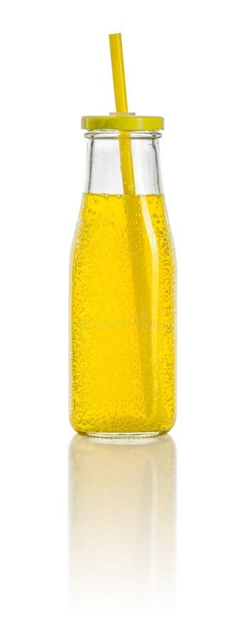 Oranje frisdrank met staw in een fles stock foto