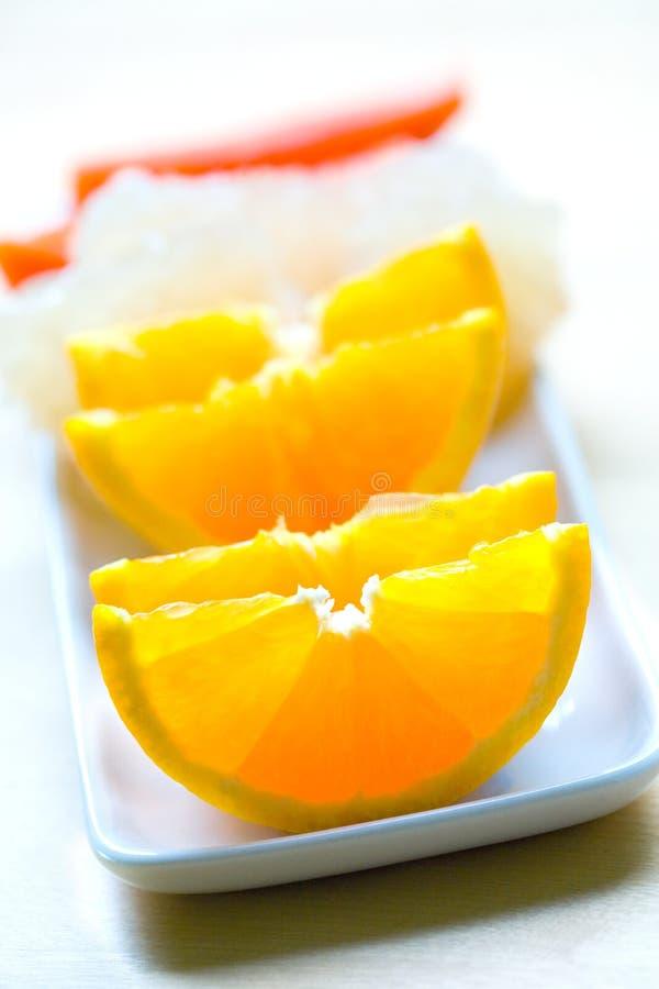 Oranje fruit dat als deel van gezonde fruitsalade wordt gediend stock foto's