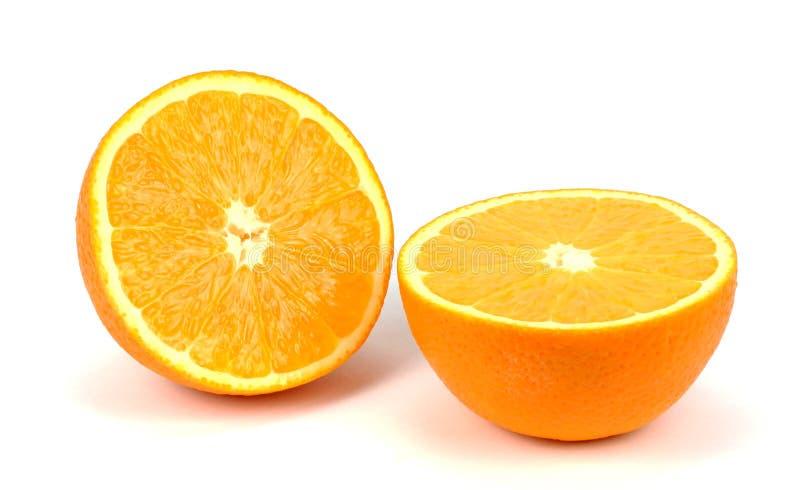 Oranje fruit halve twee die segmenten op witte achtergrond worden geïsoleerd stock afbeelding