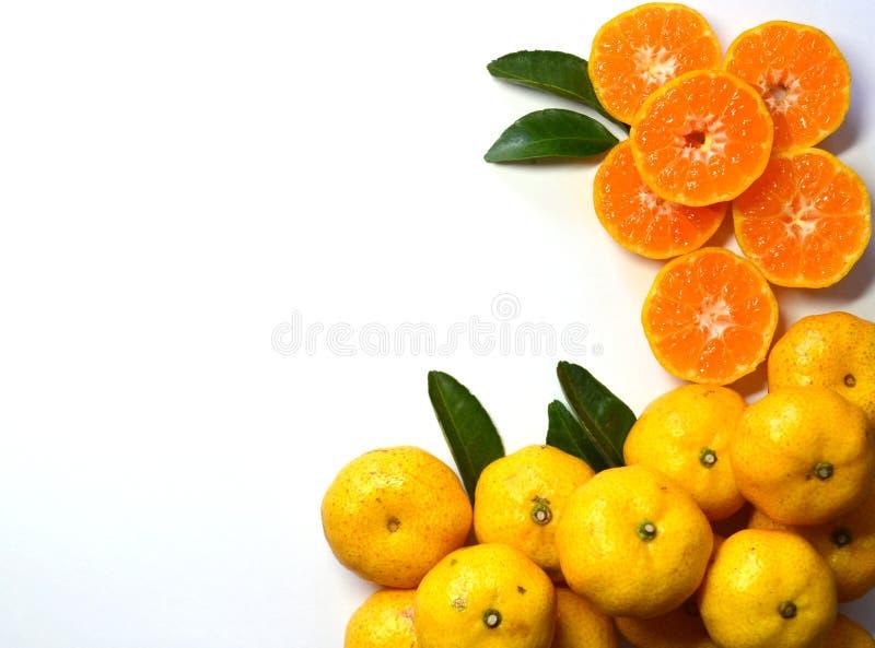 Oranje fruit op bladeren op witte achtergrond stock afbeelding