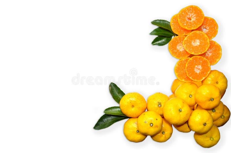 Oranje fruit op bladerentextuur op witte achtergrond stock fotografie