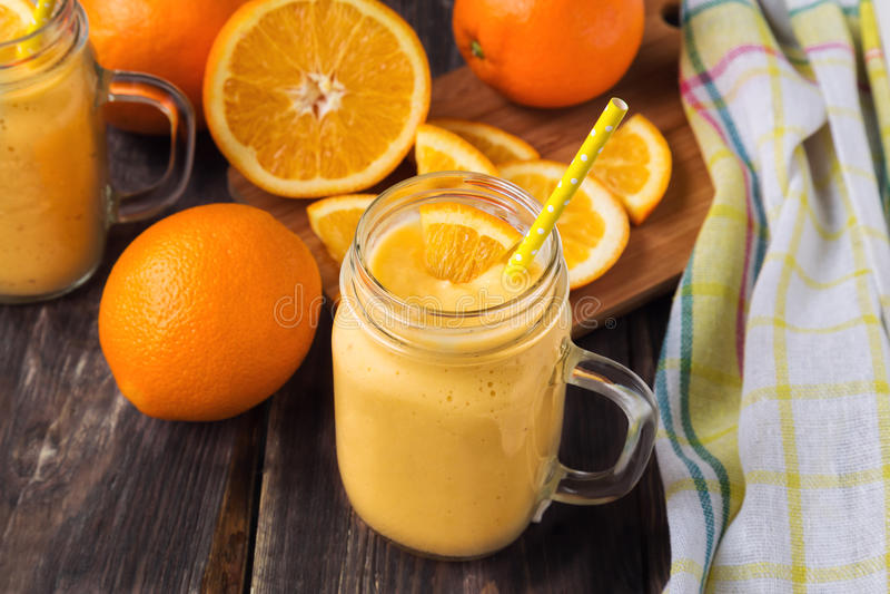 Oranje fruit smoothie in de glaskruik royalty-vrije stock afbeeldingen