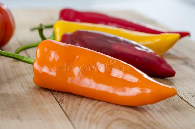 oranje, gele en rode groene paprika en costoluto genovese tomaat royalty-vrije stock afbeelding