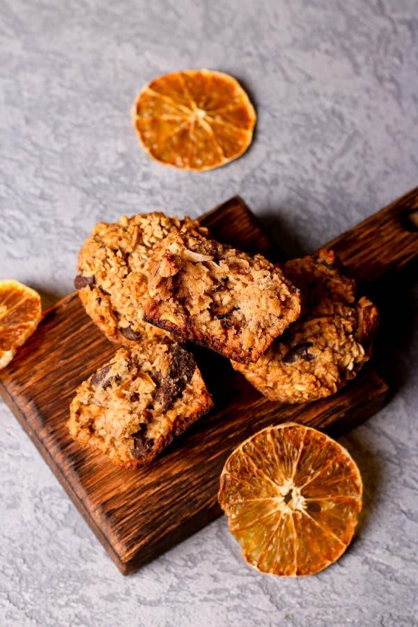 Oranje gezonde cupcake met chocolade op houten achtergrond stock foto