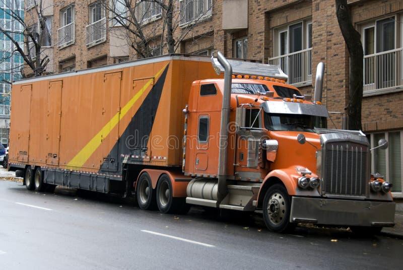 Oranje grote vrachtwagen stock afbeeldingen