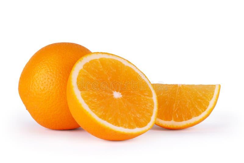Oranje half fruit en twee die segmenten of cantles op wit worden geïsoleerd stock foto