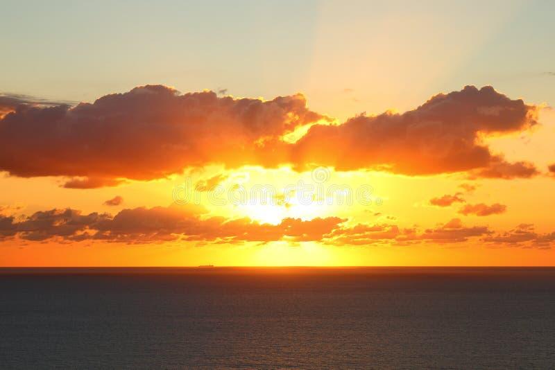 Oranje hemel over overzees door zonsondergang royalty-vrije stock afbeelding