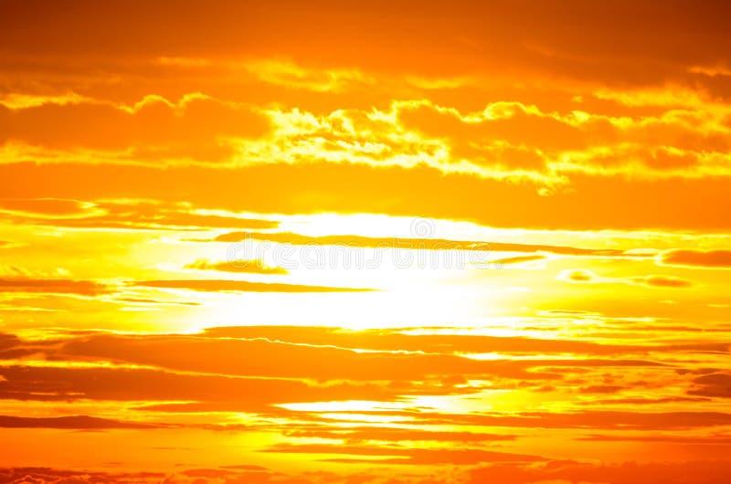 Oranje Hemel; Toneelmening van Zonsondergang met wolken royalty-vrije stock foto's