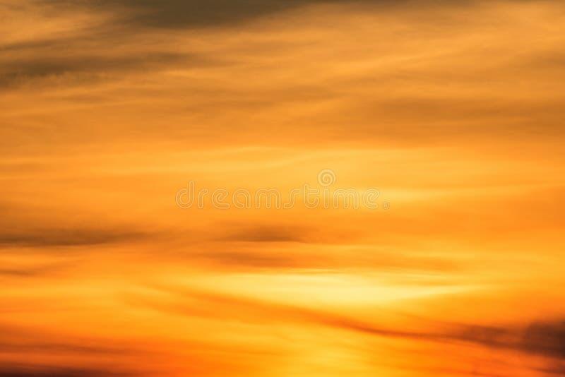 Oranje hemelachtergrond bij avond met wolken Zonsondergang stock afbeelding