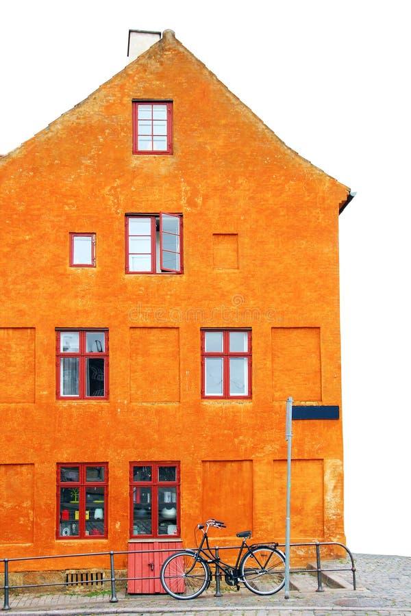 oranje huis met fiets stock foto afbeelding bestaande uit
