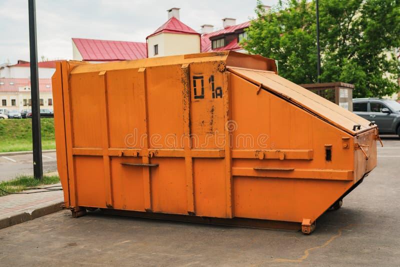 Oranje huisvuilcontainer royalty-vrije stock foto's