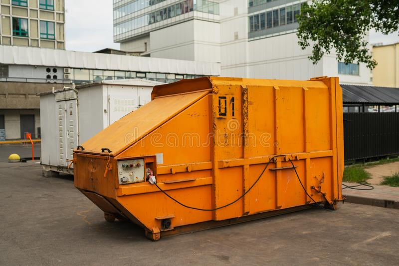 Oranje huisvuilcontainer stock foto