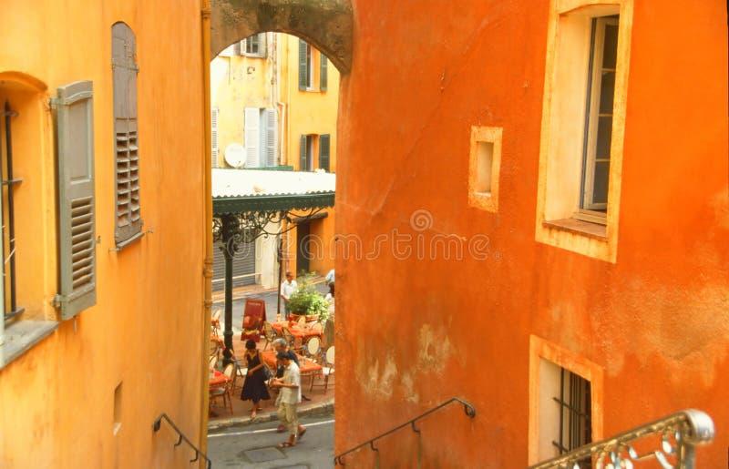 Oranje huizen in oude stad stock foto's