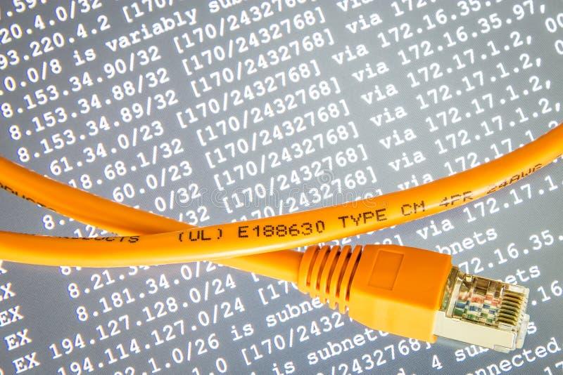 Oranje Internet-kabel op grijze achtergrond met ip adressen royalty-vrije stock afbeeldingen