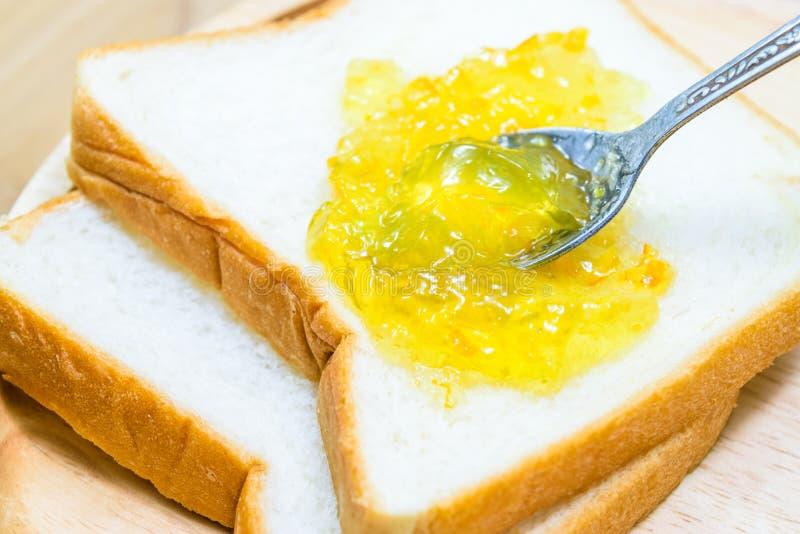 Oranje jam op brood royalty-vrije stock afbeeldingen