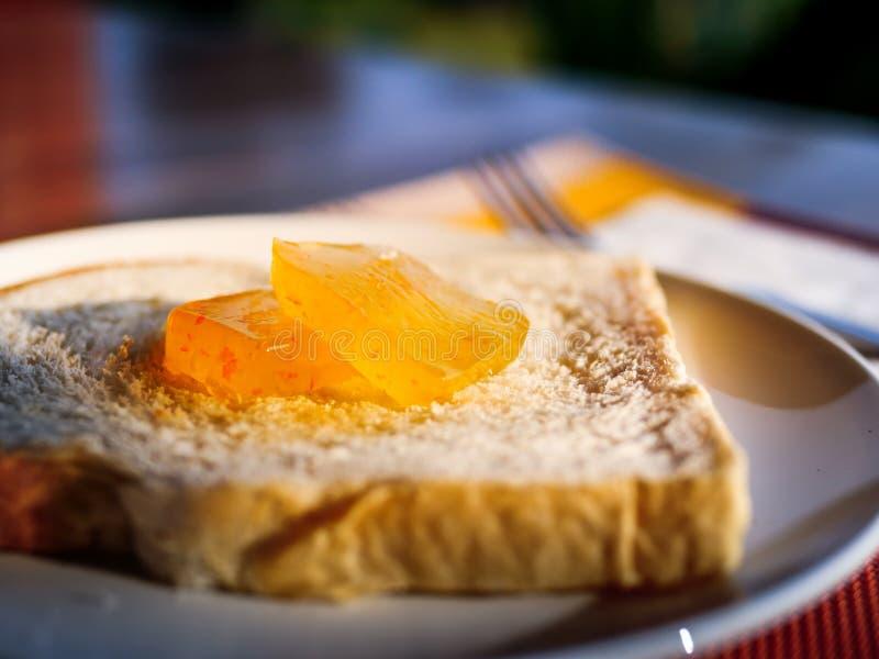 Oranje jam op het brood stock afbeeldingen