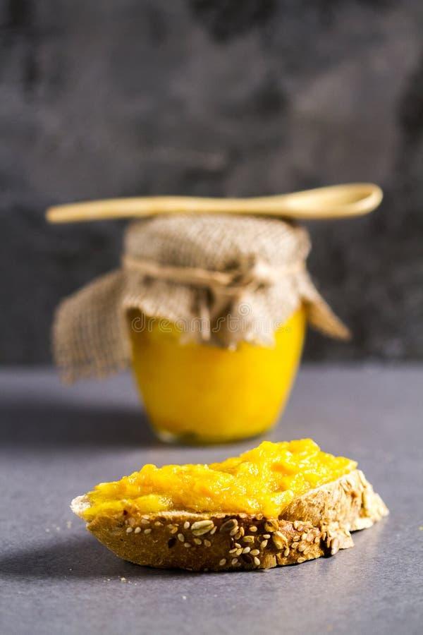 Oranje Jampot en Brood met Jam op Marmeren Achtergrond royalty-vrije stock foto
