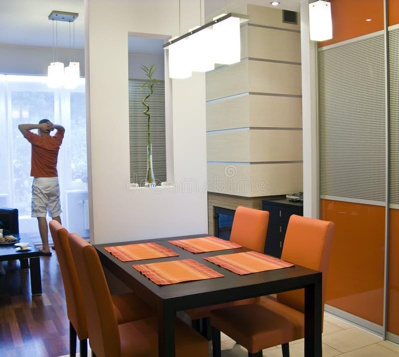 Oranje keuken en mens stock afbeelding