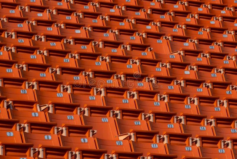 Oranje kleur van de rij van de stadionzetel met aantal stock afbeelding