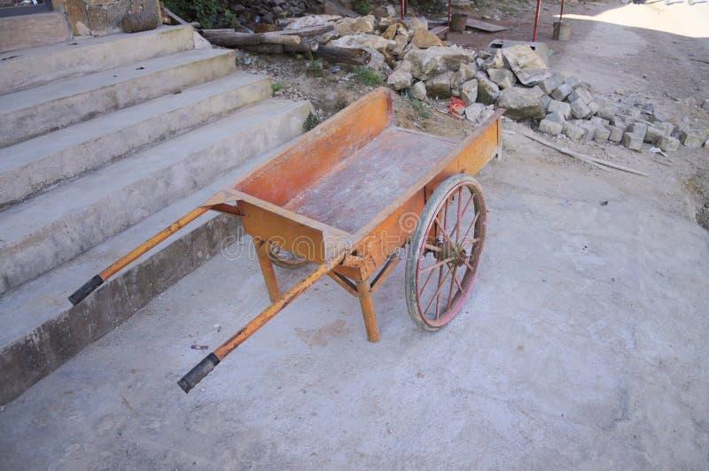 Oranje kruiwagen op de straat royalty-vrije stock afbeelding