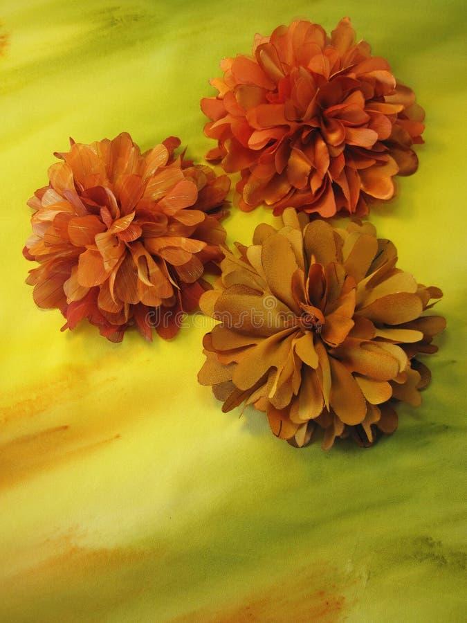 Oranje kunstmatige stoffenbloemen stock afbeeldingen