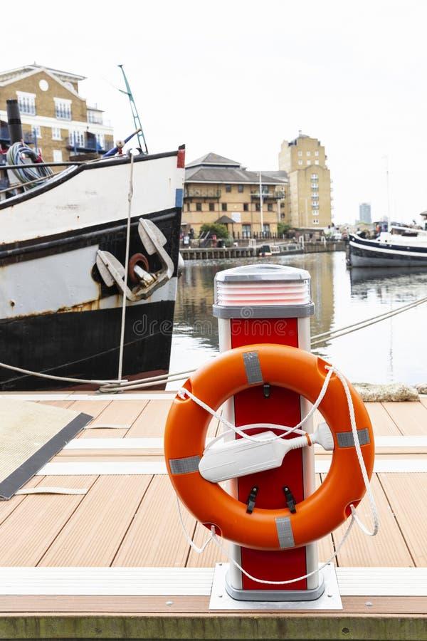 Oranje lifebelt bij haven royalty-vrije stock afbeelding