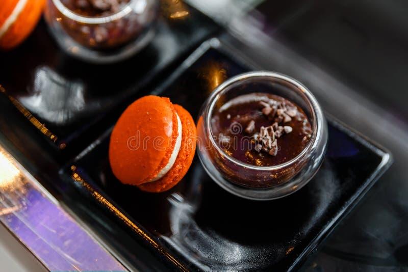 Oranje Macaron die met Rood Bean Dipping wordt gediend royalty-vrije stock fotografie