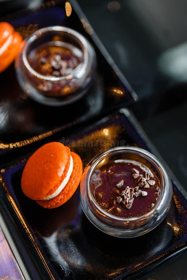 Oranje Macaron die met Rood Bean Dipping wordt gediend stock foto's