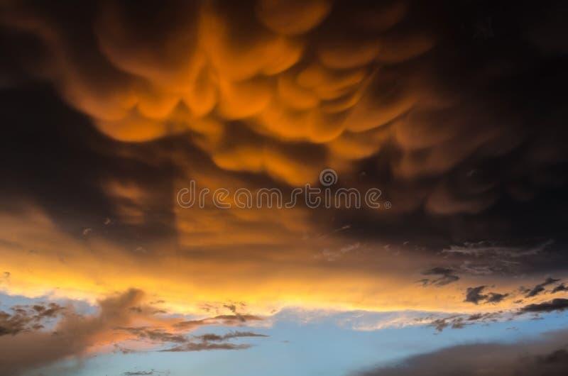 Oranje mammatuswolken op zwarte hemel vóór een krachtige orkaan stock afbeeldingen