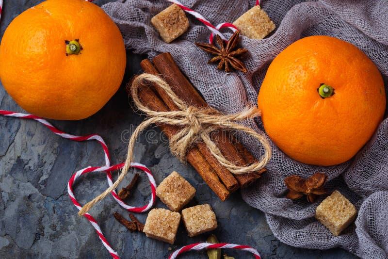 Oranje mandarijnen en Kerstmiskruiden stock afbeeldingen