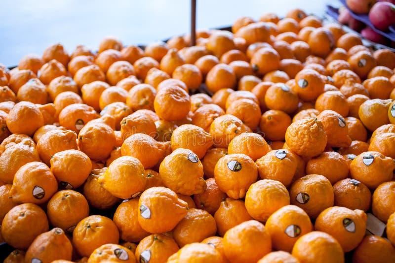 Oranje mandarijnen op vertoning stock fotografie