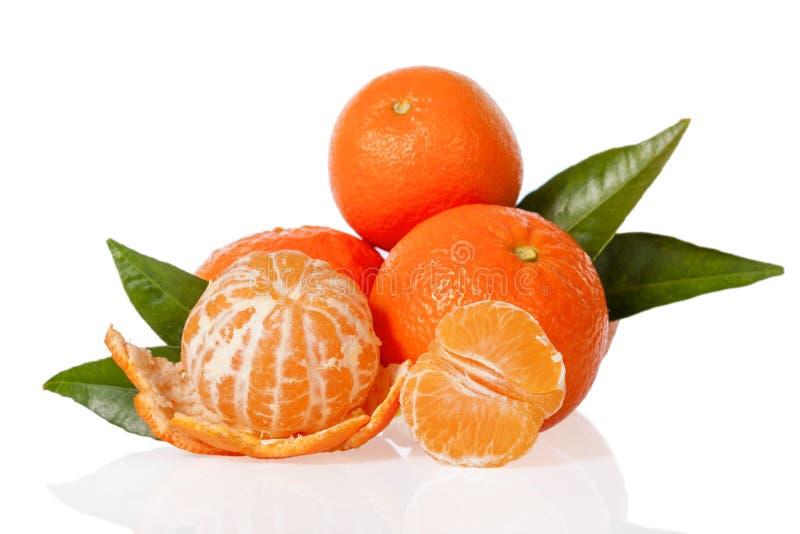 Oranje mandarines, de clementines, de mandarijnen of de kleine sinaasappelen met één pelden en besnoeiing in de helft royalty-vrije stock foto's