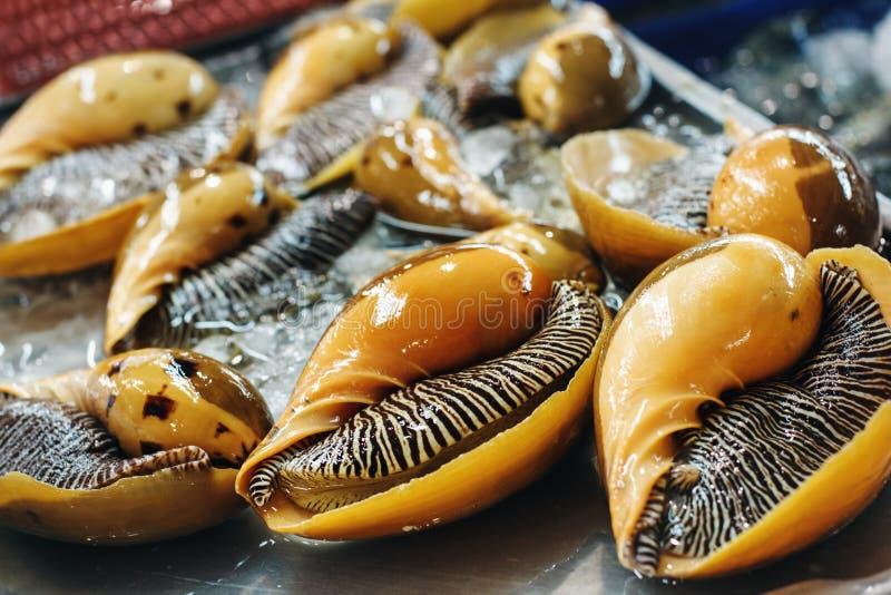 Oranje Mosselen bij een Voedselmarkt royalty-vrije stock foto's