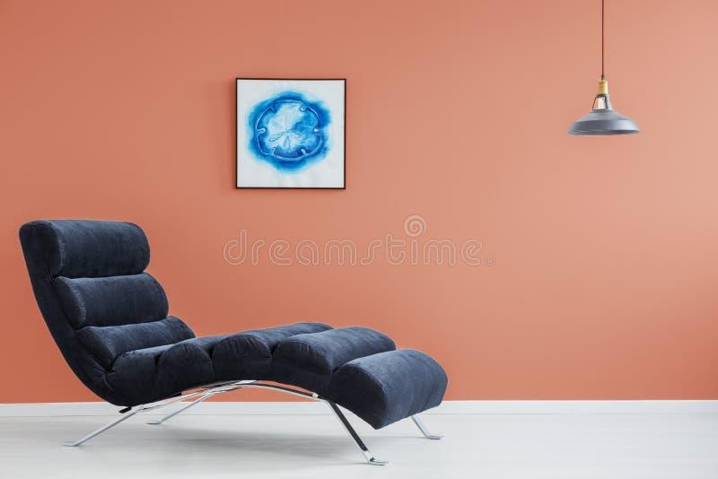 Oranje muur en blauwe laag royalty-vrije stock afbeeldingen