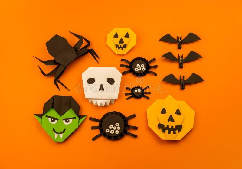 Oranje origamiinzameling als achtergrond van Halloween stock afbeeldingen