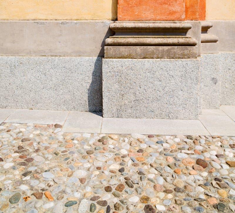 oranje oude kolom in het land van Europa Italië en marmeren B stock foto's