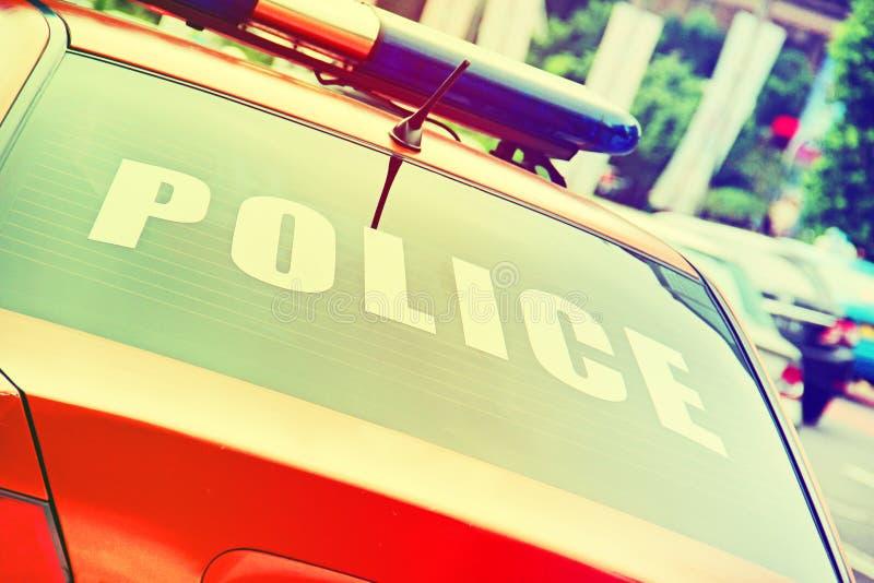 oranje politiewagen met een tekenpolitie royalty-vrije stock afbeelding
