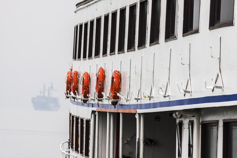 Oranje reddingsboeien van een boot royalty-vrije stock foto's