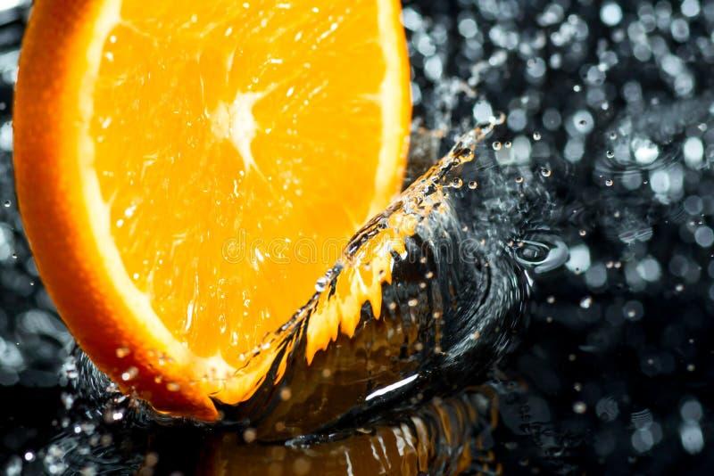 Oranje ring met plonsen van water, een fruit en een vitamineplons royalty-vrije stock foto