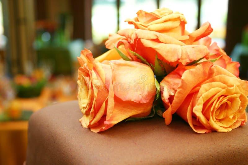 Oranje rozen op chocoladecake 051 stock foto's