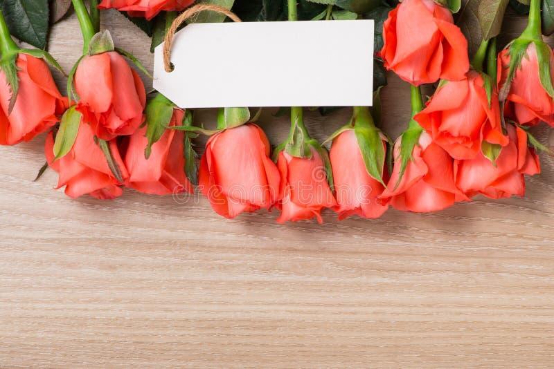 Oranje rozen op houten achtergrond stock fotografie